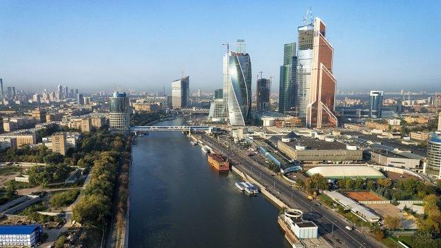 Вид сверху на реку и окрестности Москвы