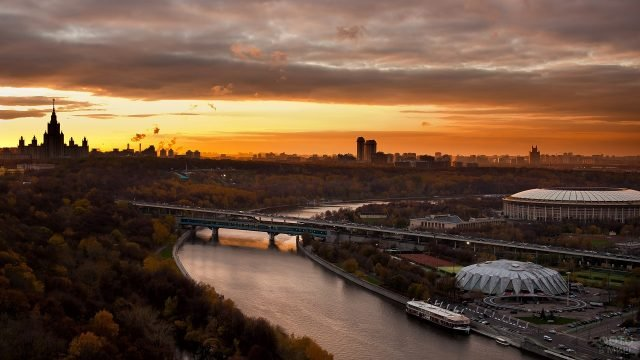 Закатный вид на реку и стадион круглой формы