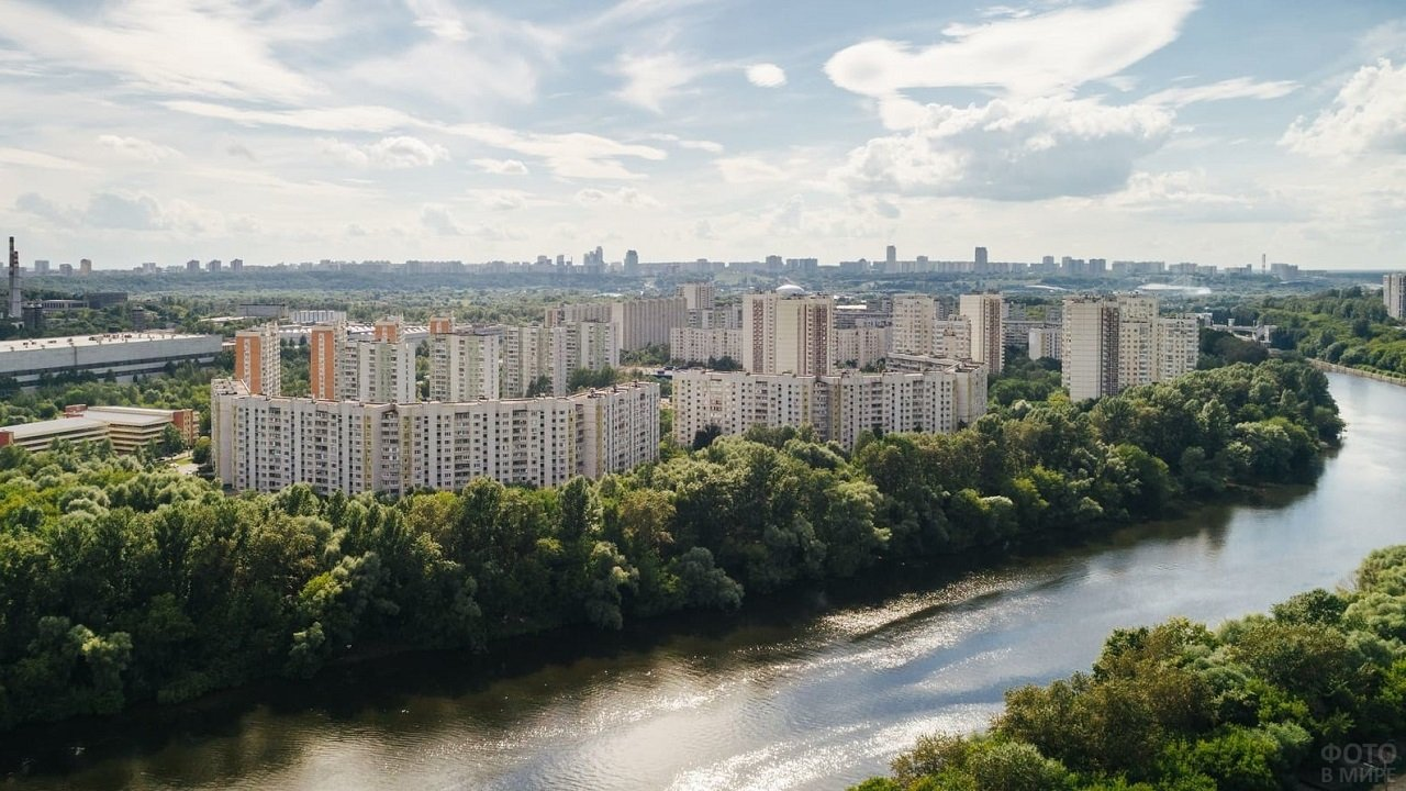 Жилой район окружённый деревьями вдоль Москвы-реки