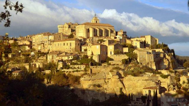 Город Горд в лучах вечернего солнца над Провансом