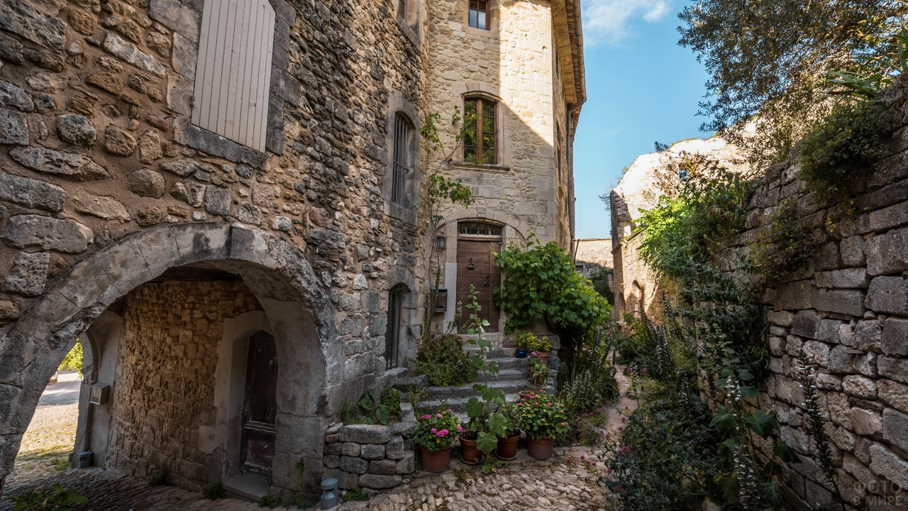 Каменистые сооружения с горшками цветов