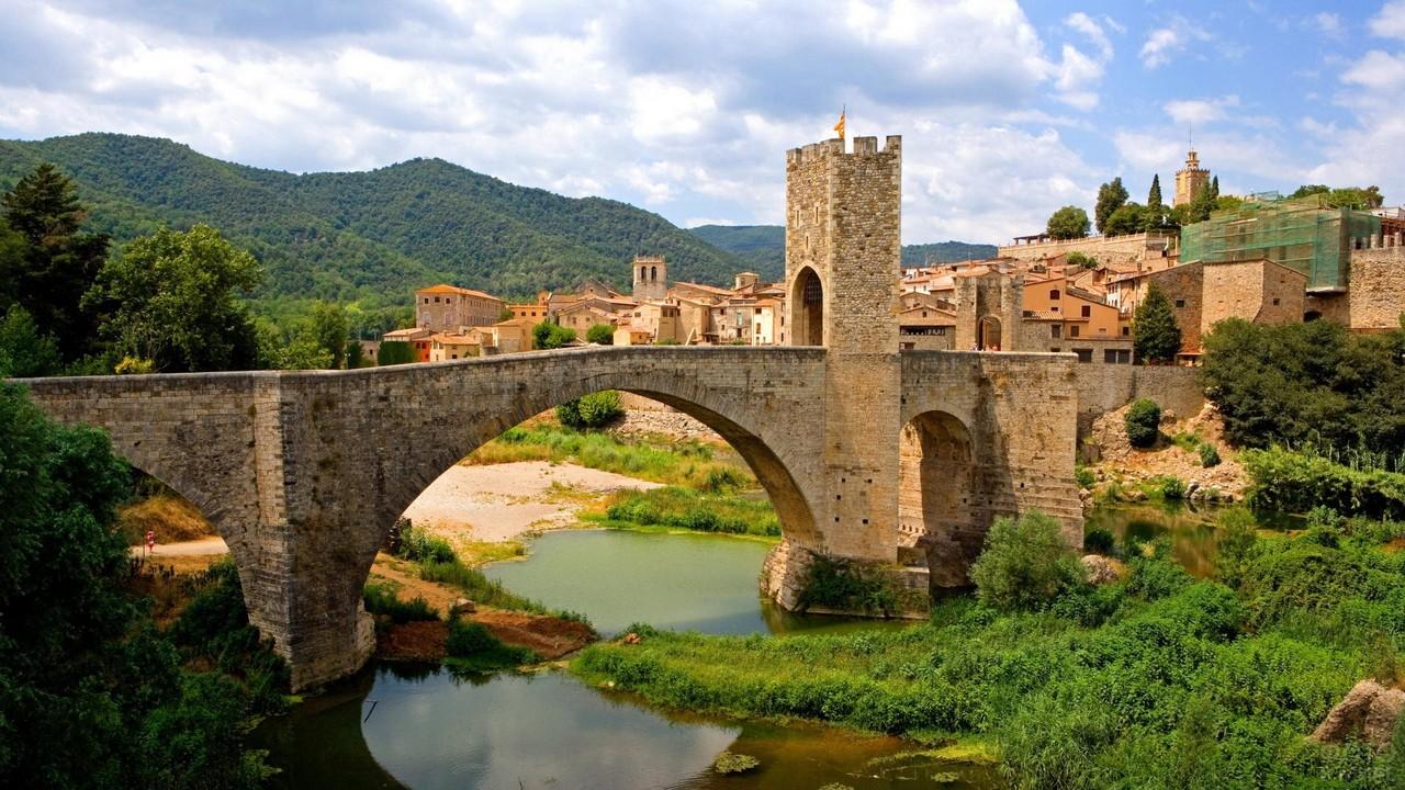 Кирпичный мост в городке Бесалу