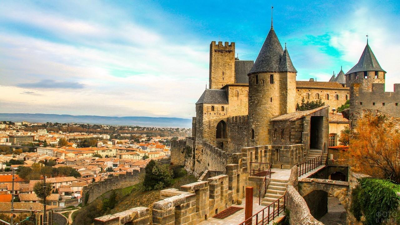 Крепость Каркассон возвышается над городом