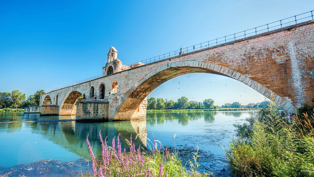 Пейзаж с мостом Сент-Безене на берегу Роны в Провансе