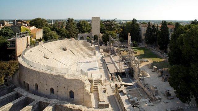 Руины Арлезианского амфитеатра в Провансе