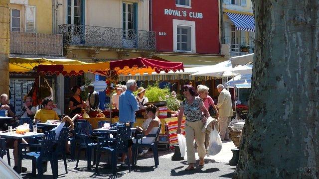 Туристы на улице Экс-ан-Прованс