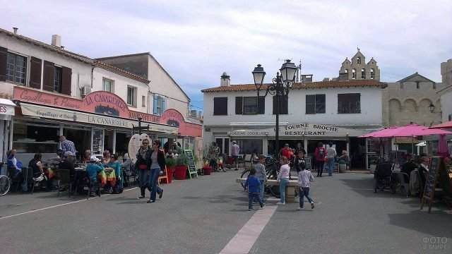 Туристы в ресторанном дворике заповедника Камарг в Провансе