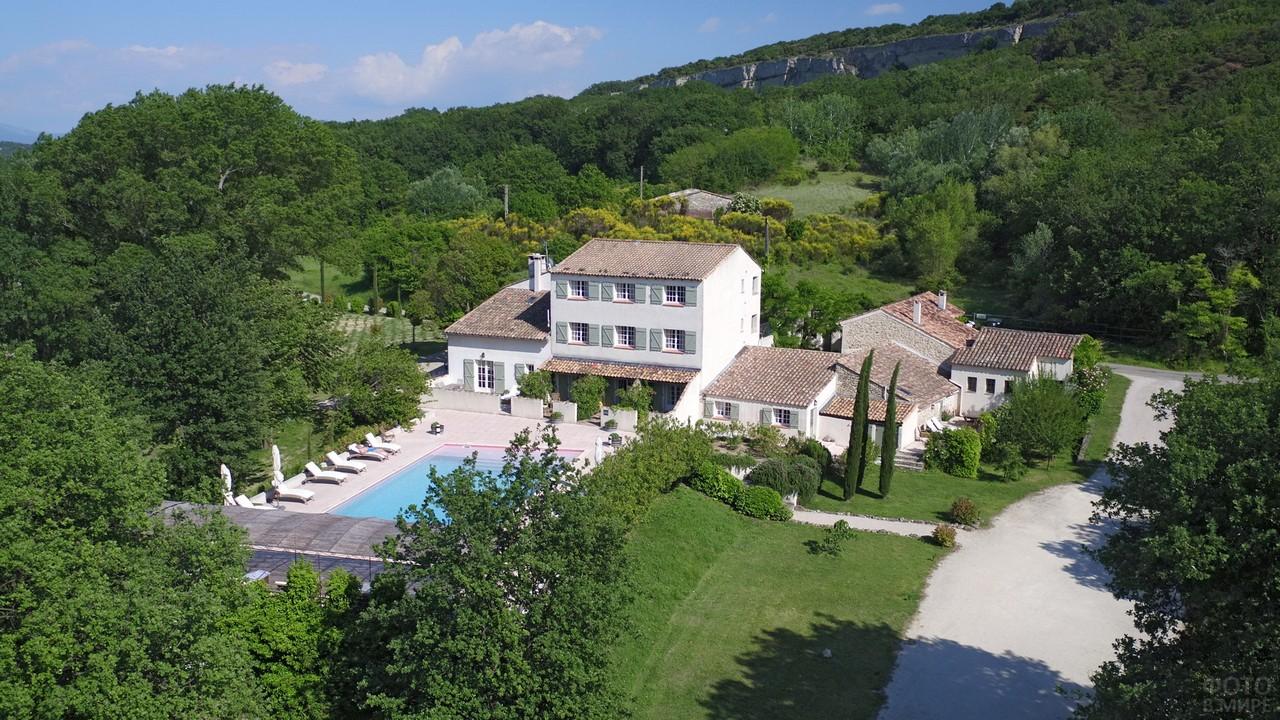 Вид сверху на отель в Провансе