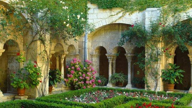 Внутренний двор старинного замка