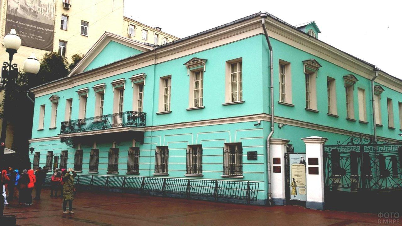 Девушка фотографирует музей А.С. Пушкина