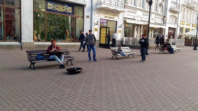 Девушка на Арбате играет на ханге