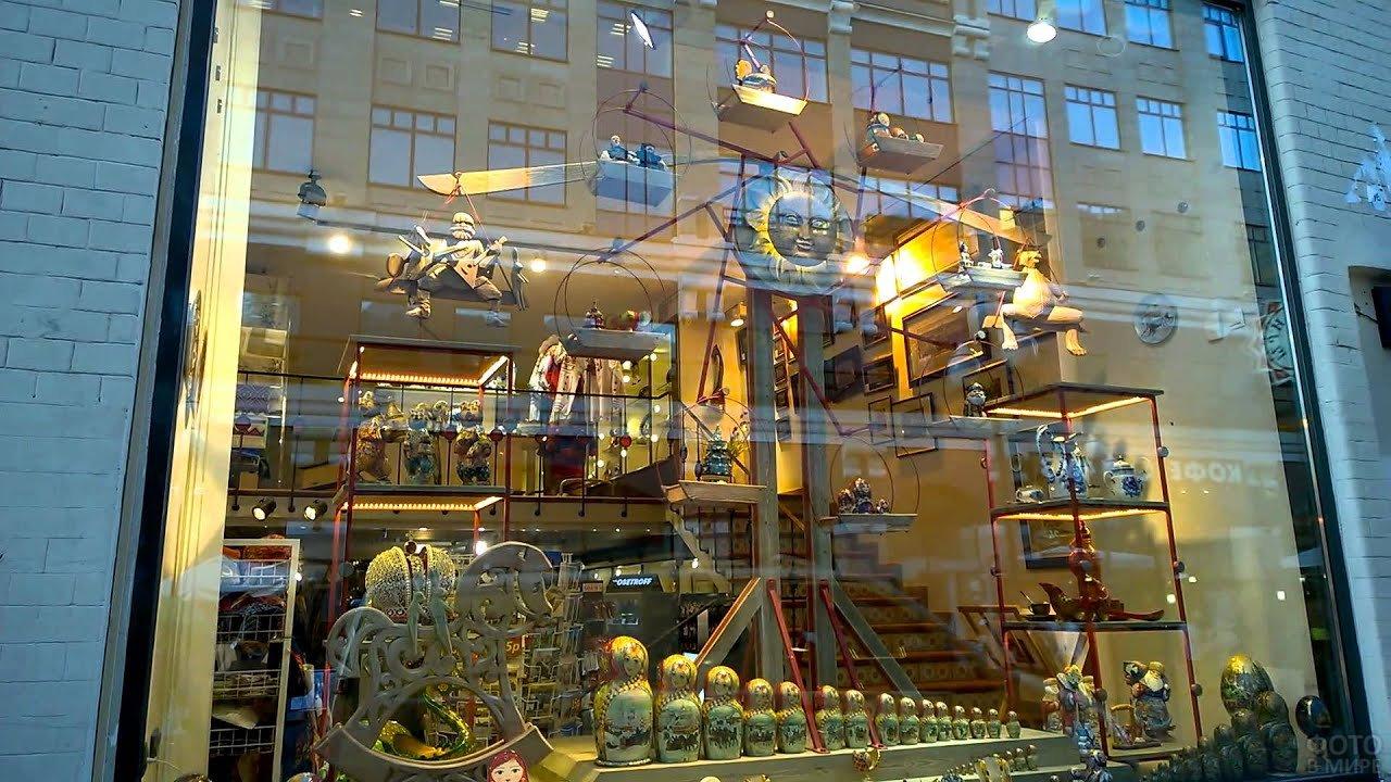 Мартёшки, мишки, коньки продаётся в сувенирной лавке на Арбате