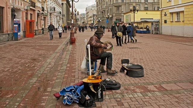 Мужчина играет на гитаре с двумя грифами