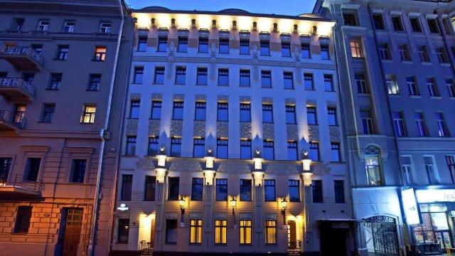 Вечерняя подсветка клубного дома