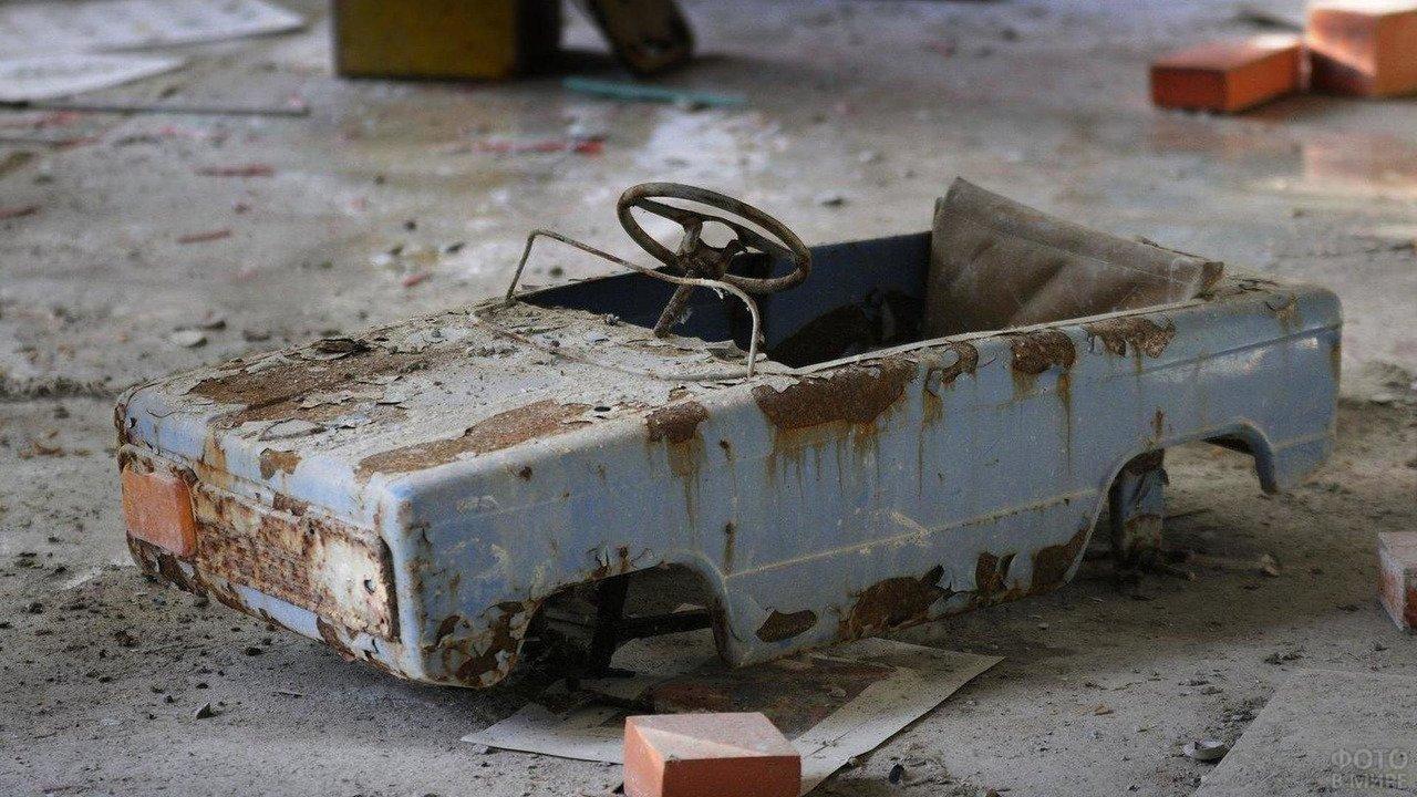 Брошенная детская машинка в Чернобыле