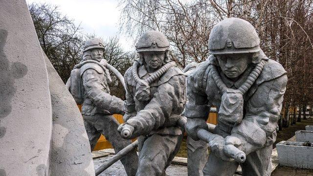 Фрагмент памятника спасателям в Чернобыле