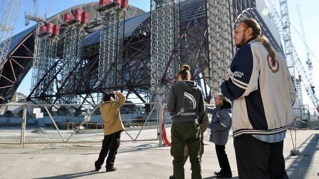 Группа наблюдателей на площадке возведения нового саркофага над ЧАЭС в 2014 году