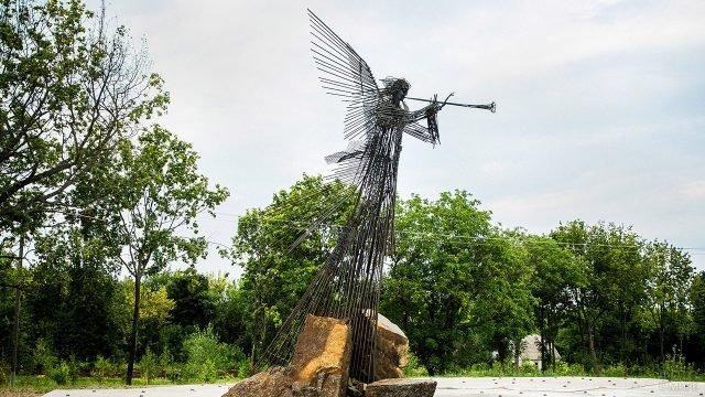 Инсталяция перед мемориальным комплексом Звезда полынь