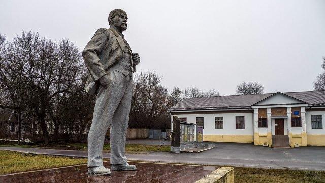Памятник Ленину в Чернобыле у здания ДК