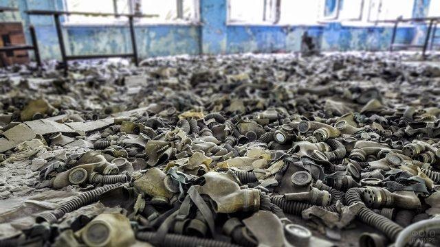 Противогазы на полу школы в Чернобыле
