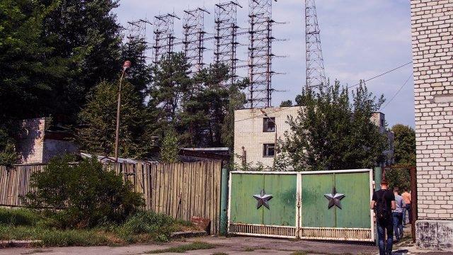 Туристы входят на объект Чернобыль-2
