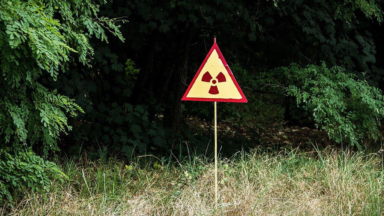Знак радиации на окраине заброшенного села в ЧЗО