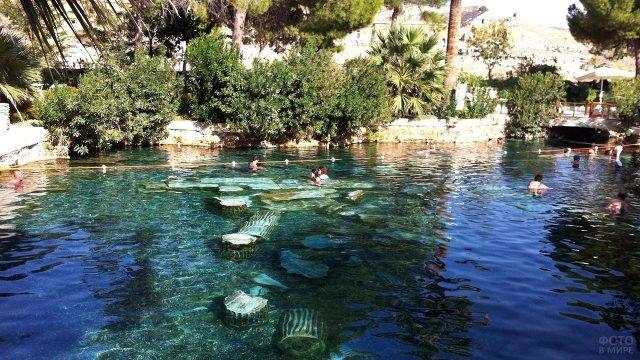 Бассейн с термальной водой в спа-отеле Памуккале