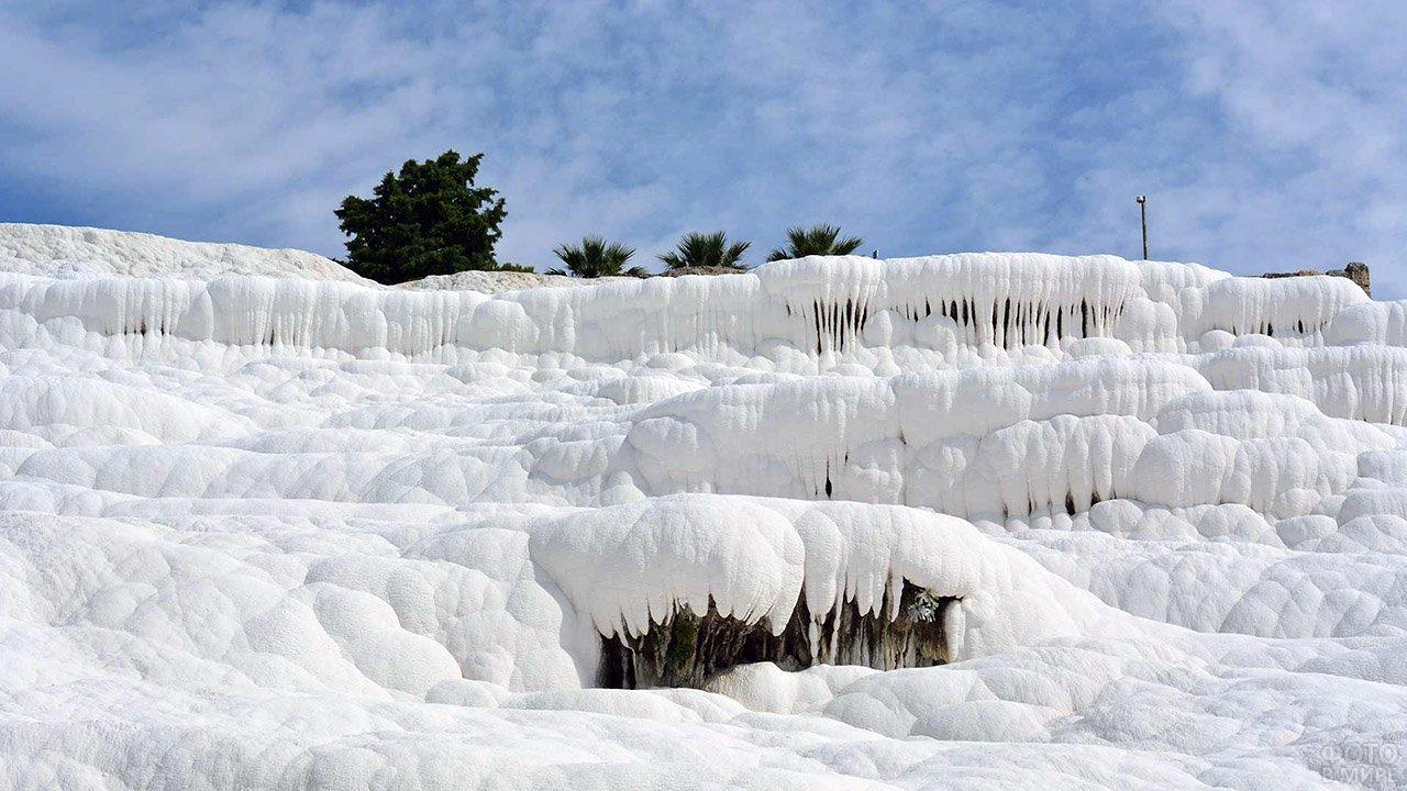 Белоснежные кальцитовые сталактиты Памуккале