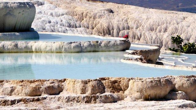 Одна из кальцитовых ванн в каскаде Памуккале
