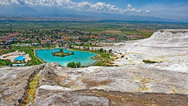 Панорама курорта в Памуккале с вершины террасы термальных водопадов