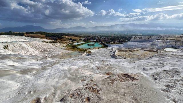 Панорамный вид курорта Памуккале с вершины каскада