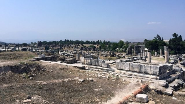 Природный парк Памуккале с руинами древнего Иерополиса