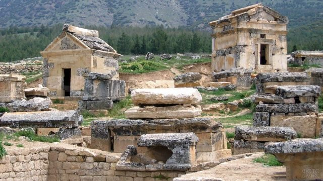 Руины античного Иерополиса в курорте Памуккале