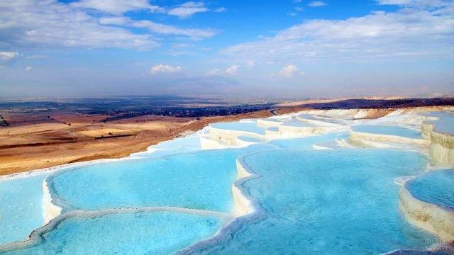 Травертины Памуккале на фоне панорамного вида природы Турции