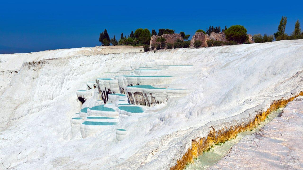 Травертины в Памуккале на юго-западе Турции