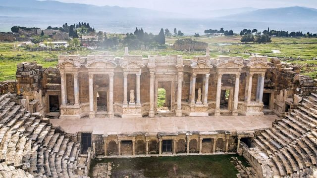 Живописная панорама курорта Памуккале с руинами античного амфитеатра