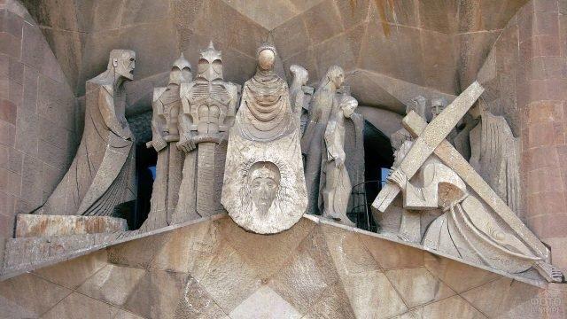 Фигуры иллюстрирующие страсти Христовы на фасаде Саграды Фамилии