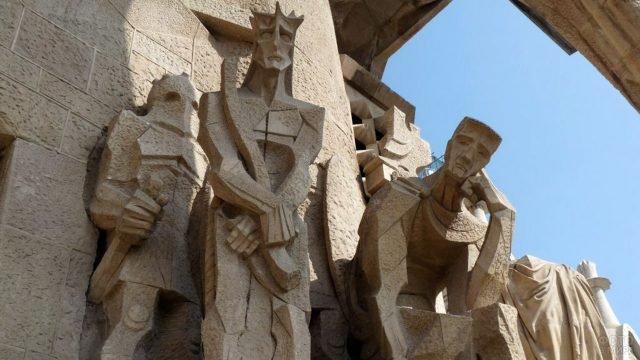 Фигуры на фасаде Старстей Господних Саграды Фамилии