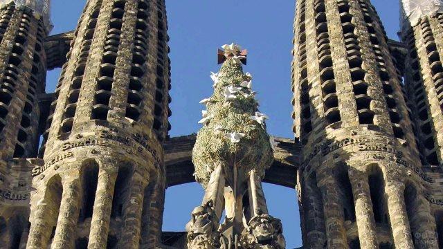 Фрагмент башен храма Саграда Фамилиа