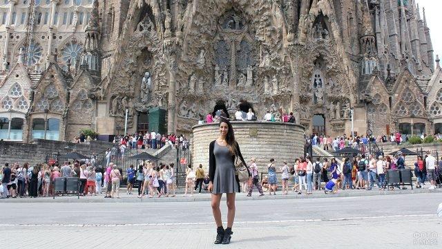 Модница на фоне очереди в Саграда Фамилиа