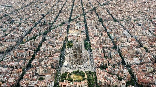 Саграда Фамилиа на панораме Барселоны с высоты птичьего полёта