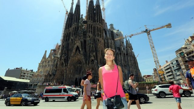 Симпатичная туристка у Саграды Фамилии в Барселоне