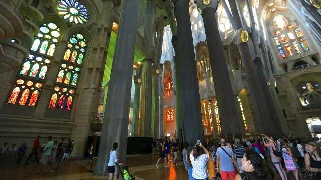 Туристы внутри Саграда Фамилиа