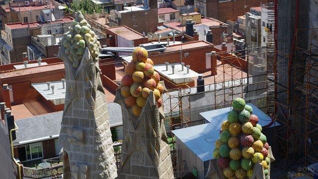 Украшения на башнях Саграды Фамилии