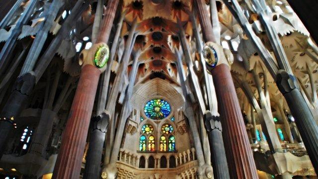 Витражи в храме Святого Семейства в Барселоне