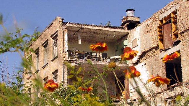 Цветы на фоне разрушенной школы в Припяти