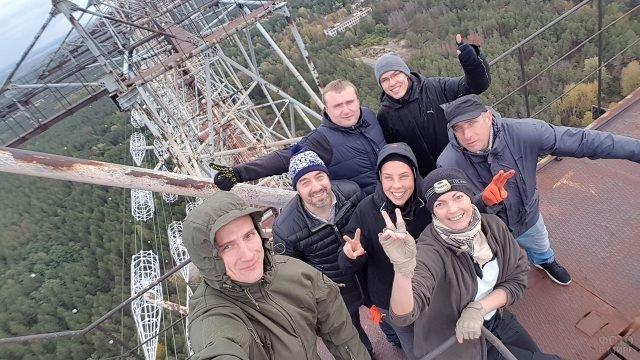 Интернациональная группа индустриальных туристов над панорамой Припяти