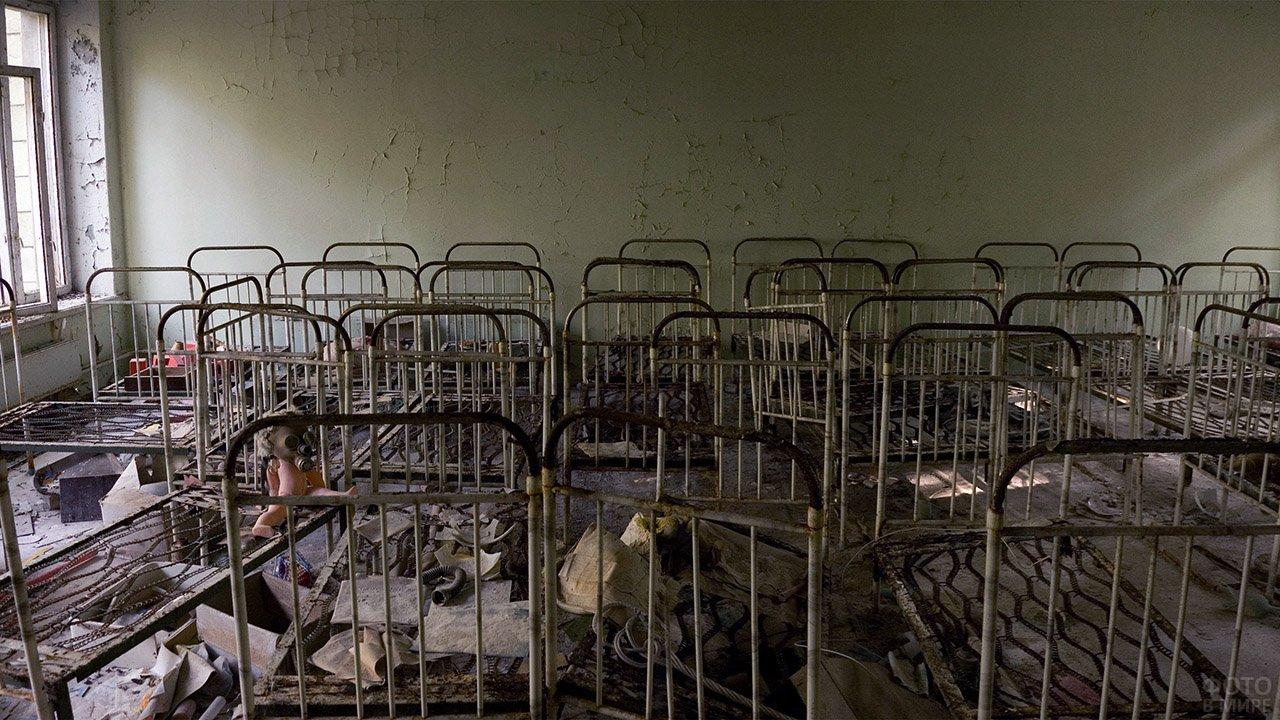 Кровати в спальне детского сада, достопримечательность города-призрака Припять