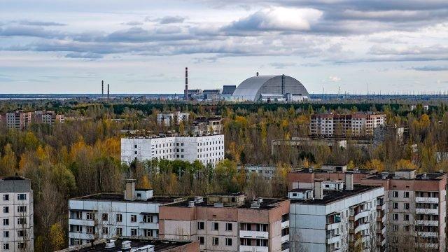 Новый саркофаг Укрытие на осенней панораме зоны отчуждения Припять