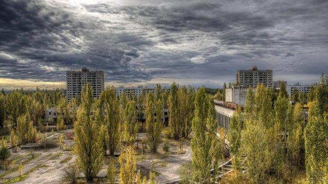 Пасмурное небо над джунглями в центре города-призрака Припять